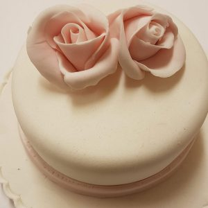 roses on a cake for beginner sugarcraft class for the london cake academy